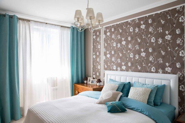Бирюзовые обои в интерьере спальни фото