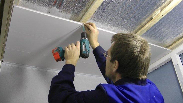 Отделка потолка пластиковыми панелями своими руками видео